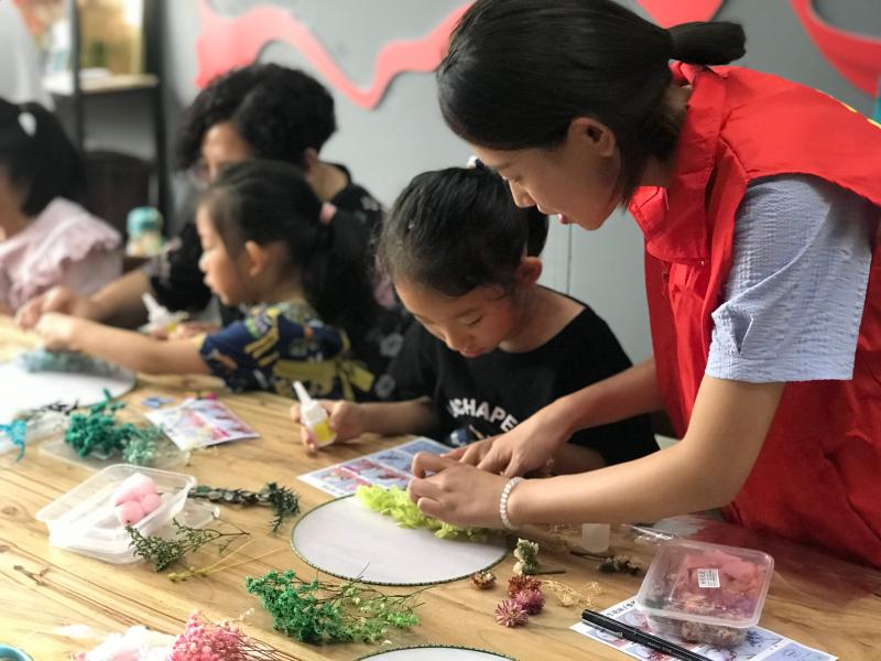 """明光市图书馆举办 """"小小手做团扇""""传统文化亲子艺术沙龙"""